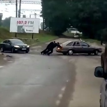 Львівські патрульні допомогли громадянину завести автомобіль