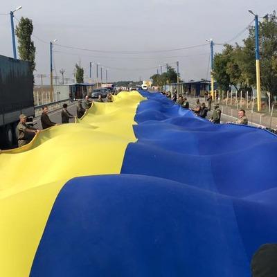 Перед російським КПП на в'їзді до Криму активісти розгорнули величезний прапор України (ВІДЕО)