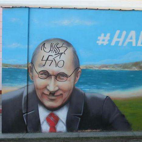 """""""Бідний"""" Путін: невідомі кримчани поглузували над портретом російського президента (фото)"""