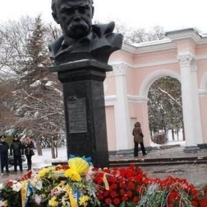 Вночі у Сімферополі біля погруддя Тараса Шевченка з'явилися квіти