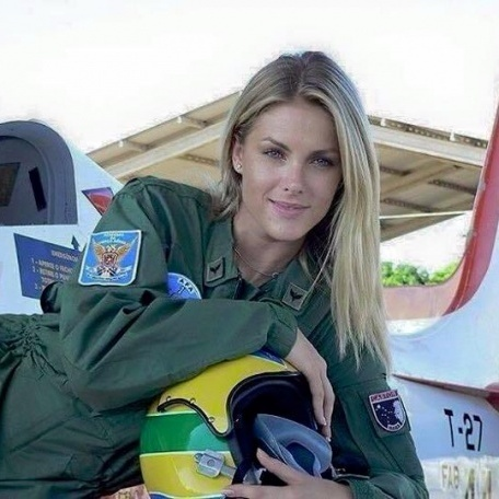 """Арабські ЗМІ захопленно розповідали про """"російську льотчицю у Сирії"""", яка насправді є бразильською фотомоделлю (фото)"""