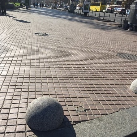 Тротуари Хрещатика перекрили бетонними полусферами від автівок