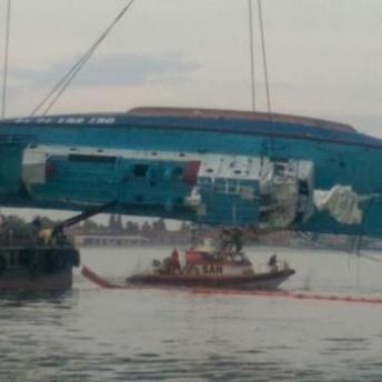 """""""Іволгу"""" дістали із дна моря з двома тілами на борту"""