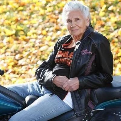 """У США 90-річна бабуся-байкер досі їздить на шикарному """"Харлей-Девідсон"""" (ФОТО)"""