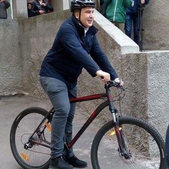 Михайло Саакашвілі приїхав голосувати на велосипеді