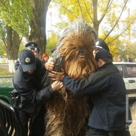 """На виборчій дільниці в Одесі затримали героя """"Зоряних війн"""" (фото)"""