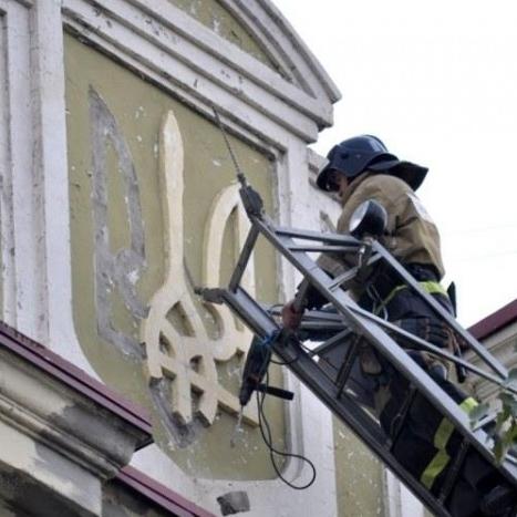 У Донецьку демонтують українську символіку (фото)