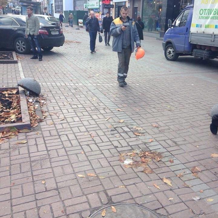 У центрі Києва вирвали антипаркувальні напівкулі
