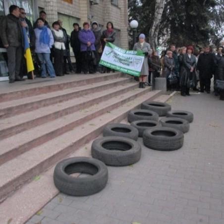 Мітингувальники в Павлограді принесли шини під виконком, протестуючи проти свавілля ЦВК(фото)