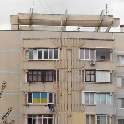 В Алушті в багатоповерхівці вивісили український прапор (ФОТО)
