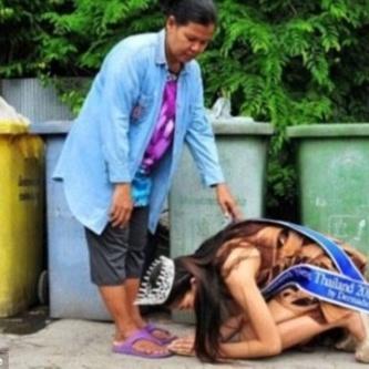 Мережу розчулило фото красуні, яка впала на коліна перед матір'ю посеред сміття (ФОТО)