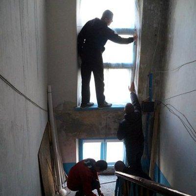 У Дебальцевому окупаційна влада готується до зими: вибиті вікна затягнули плівкою (ФОТО)