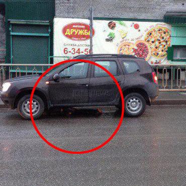 У Росії водій більше кілометра тягнув під днищем авто труп (ФОТО)