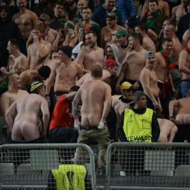 Гарячі російські фани похизувалися голими сідницями на матчі Ліги Європи (ФОТО)