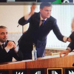 Нардеп побив опозиціонера ковбасою на сесії міської ради (ФОТО)