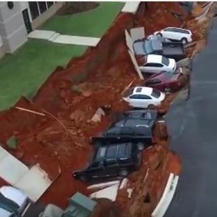 У США під землю провалились 12 автомобілів (ВІДЕО)