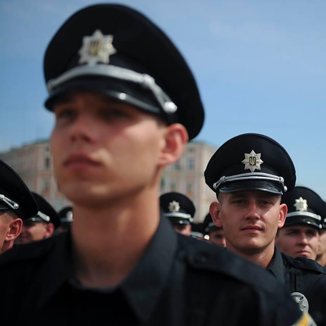 """Патрульних поліцейських """"озброїли"""" мобільними терміналами"""