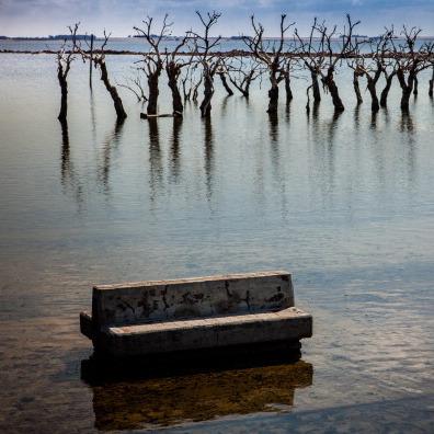 З дна озера в Аргентині постає місто-привид (відео)