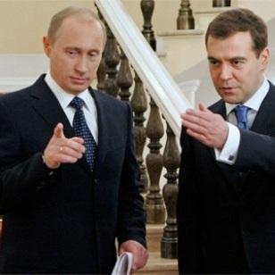 Путін замість себе всюди посилає Медведєва