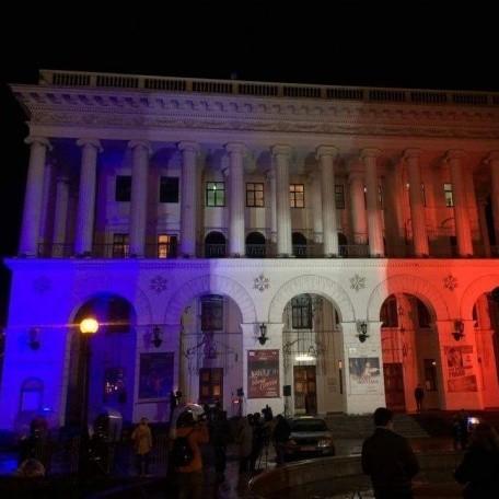 Майдан Незалежності в Києві прикрасили в кольори французького прапору (ФОТО)