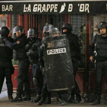 Спецоперація в передмісті Парижа триває: вбито 3 терористів, затримано 5