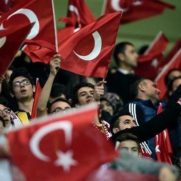 Турецькі футбольні фани зірвали хвилину мовчання за загиблими в терактах у Парижі (ВІДЕО)