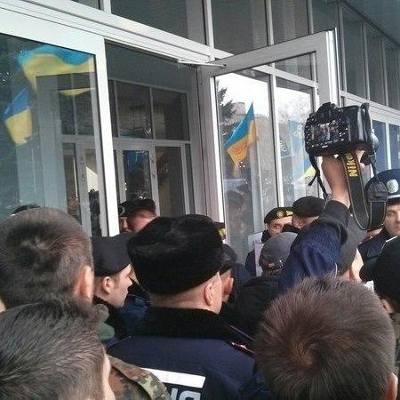 Мітингувальники у Кривому Розі здійснили спробу взяти штурмом міськраду(відео)