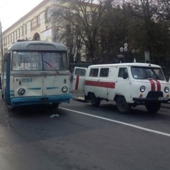У Рівному під колесами тролейбуса загинула 60-річна жінка (фото 18+)