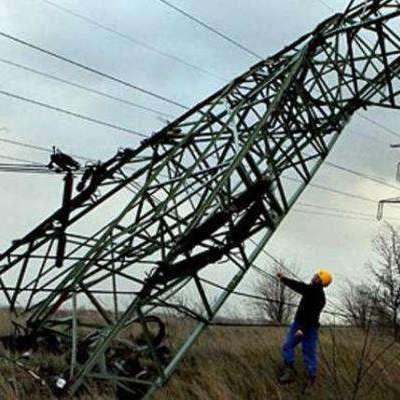 Ремонтники почали замінювати одну зі зруйнованих опор ЛЕП біля адмінкордону з Кримом