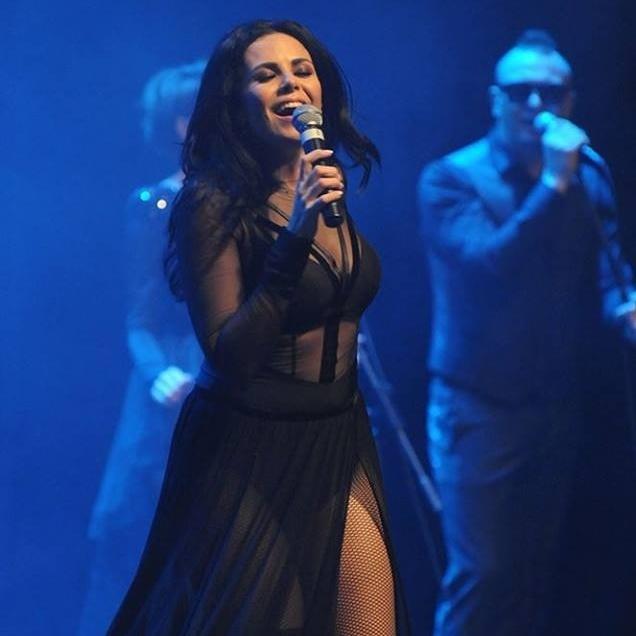 Настя Каменських заспівала на концерті у відвертому костюмі