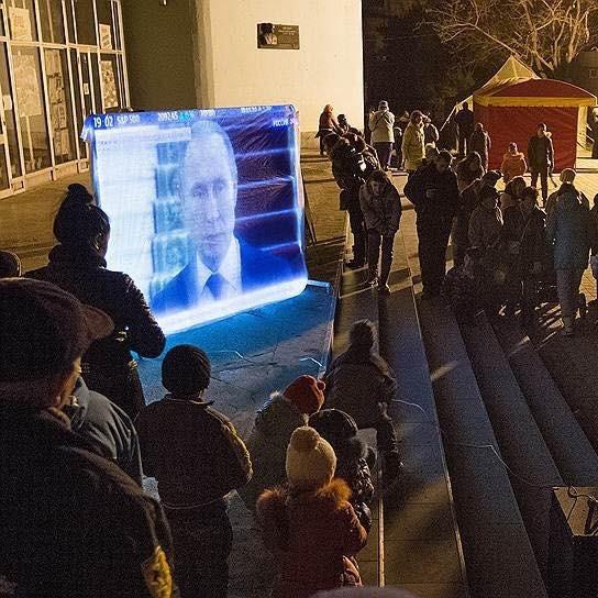 У Криму жителі селища зібралися на площі для перегляду новин від «Росія-24» (фото)
