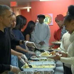 На День подяки Обама роздавав їжу у притулку(відео)