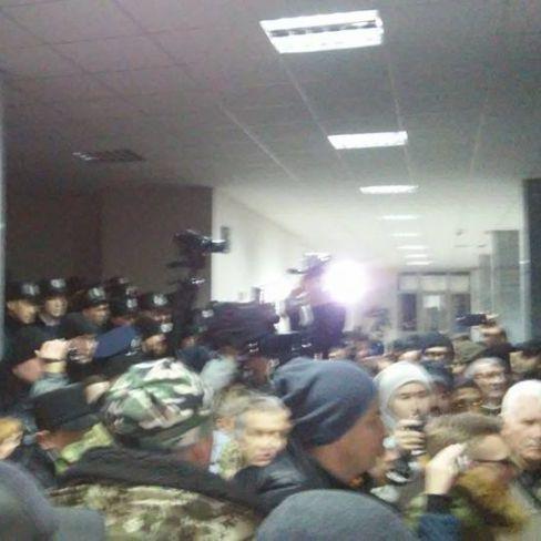 У Кривому Розі мітингувальники увійшли до міськради(фото)