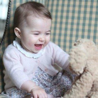 Британці милуються фотографіями принцеси Шарлотти