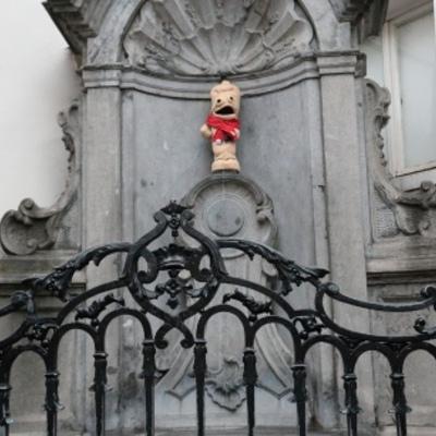У Брюсселі на писяючого хлопчика вдягли презерватив (ФОТО)
