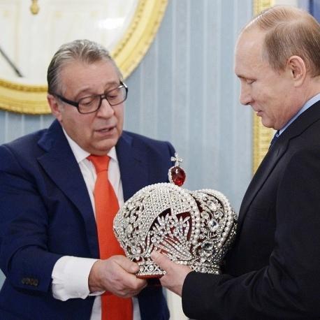 Путін нагородив Хазанова орденом, а Хазанов - Путіна - імператорською короною