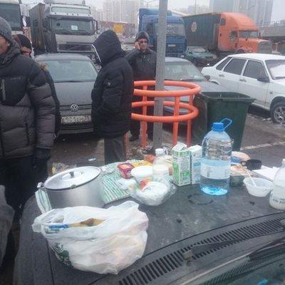 Москвичі несуть далекобійникам їжу