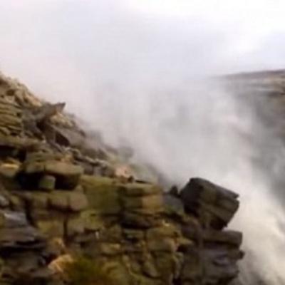 """Шторм """"Десмонд"""" у Британії розвернув водоспад вгору (ВІДЕО)"""