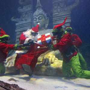 Італійським дітям Санта Клаус дарує подарунки, які приготували морські ельфи