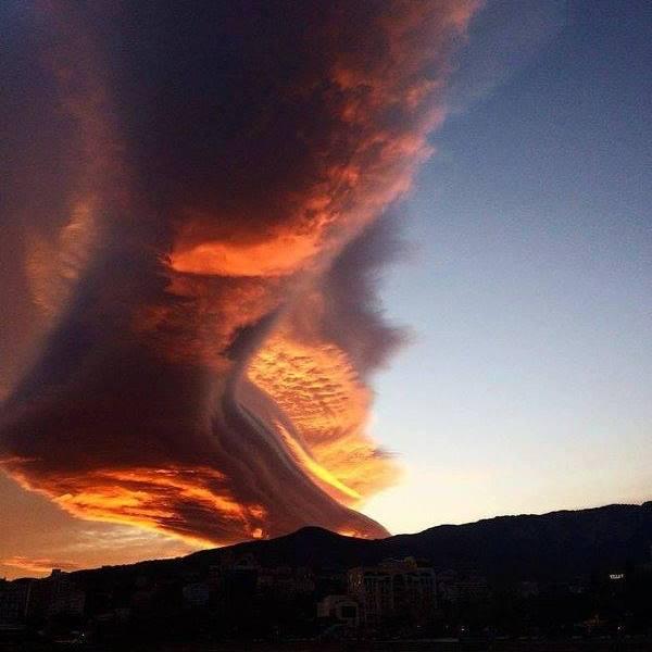 Інтернет «підірвав» моторошний захід сонця в Криму