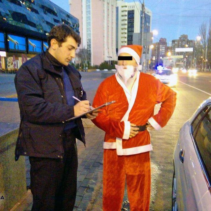 У Києві патрульні поліцейські затримали Діда Мороза (фото)