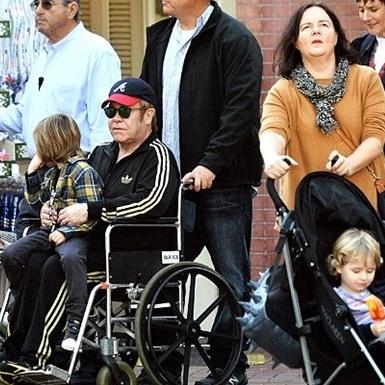 Елтон Джон пересувається в інвалідному візку через невідому хворобу