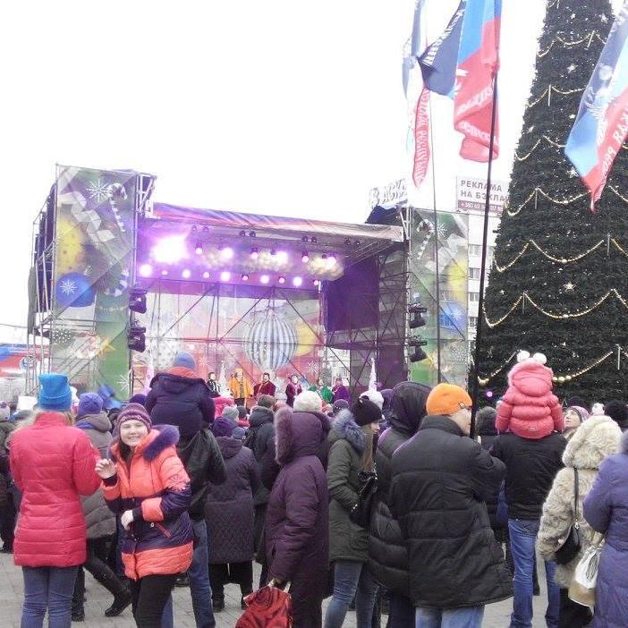 Окупанти привезли бюджетників та урочисто відкрили новорічну ялинку в Донецьку (ФОТО)