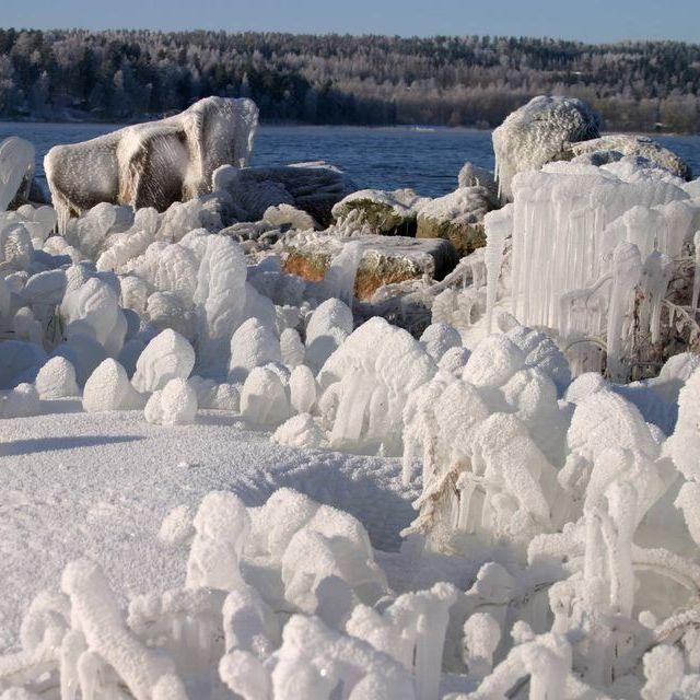 У Фінляндії вітер і мороз створили на березі крижані скульптури (фото)