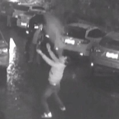 У Китаї хлопець намагався вловити жінку, яка випала з 11 поверху (відео, фото)