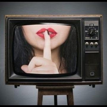 Українцям офіційно дозволили дивитись еротичні канали