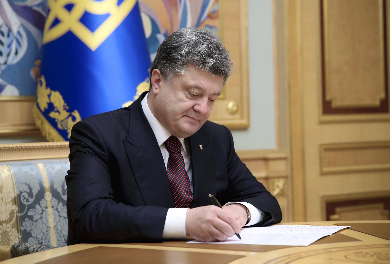 """Результат пошуку зображень за запитом """"порошенко підписа"""""""
