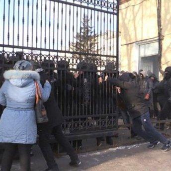 """У Житомирі відбулися сутички з """"тітушками"""" (відео)"""