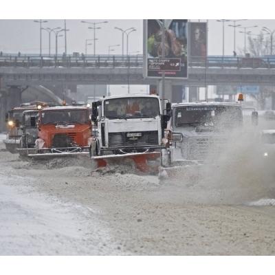 У Києві близько 500 машин прибирають сніг (фото)