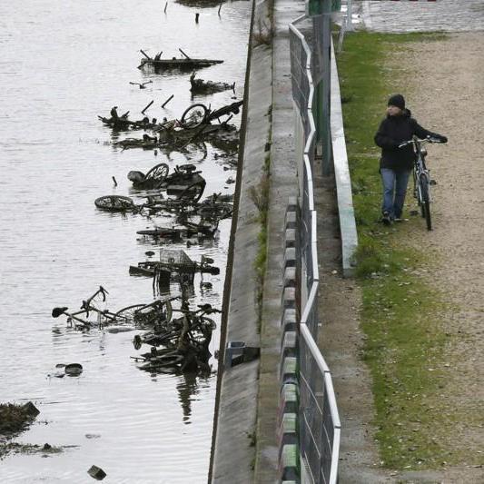 У Парижі осушили канал Сен-Мартен (фоторепортаж)